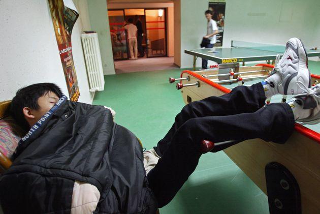 Un jeune garçon dort, le 12 novembre 2002 à Taverny, dans un lieu d'accueil et d'orientation (LAO) pour...