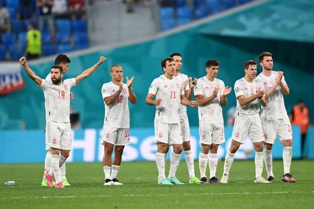 Los jugadores de España celebran su victoria ante