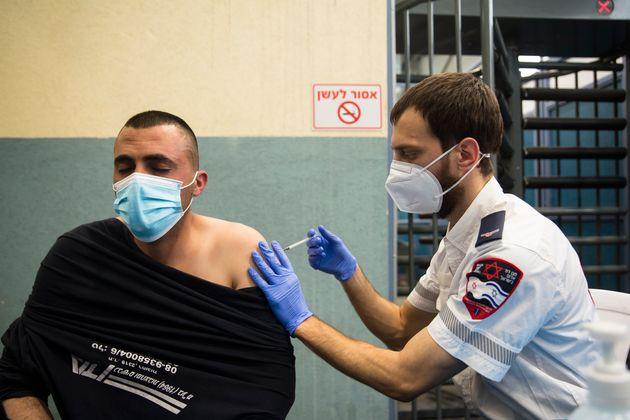 Ισραήλ: Μειωμένη αποτελεσματικότητα του εμβολίου της Pfizer βλέπουν οι