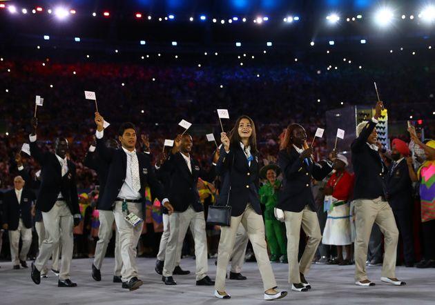 2016年の五輪リオデジャネイロ大会の開会式で難民選手団として入場行進したマルディニ選手(中央)。