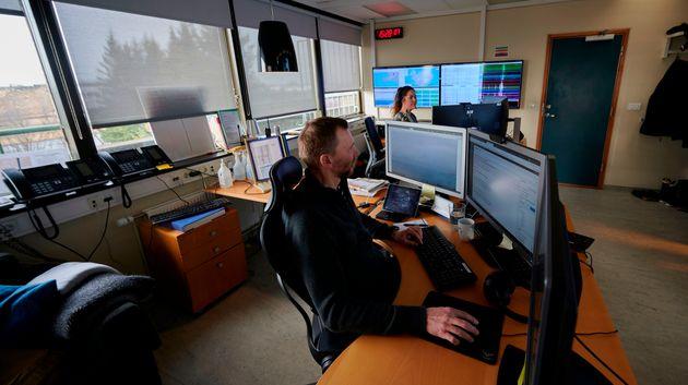 Trabajadores públicos en un centro meteorológico de