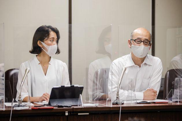 伊藤詩織さん(左)と代理人の山口元一弁護士