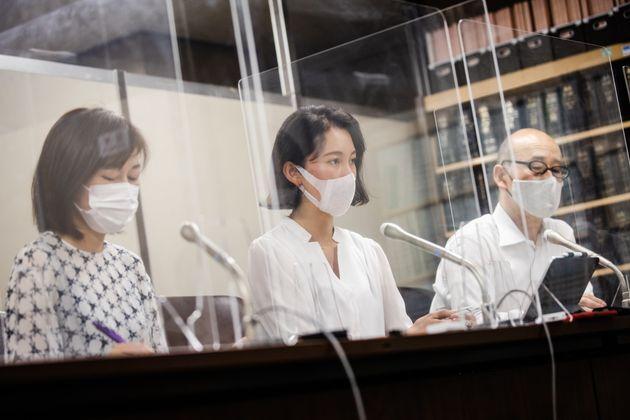 判決後、記者会見した伊藤詩織さんと原告代理人ら=2021年7月6日撮影