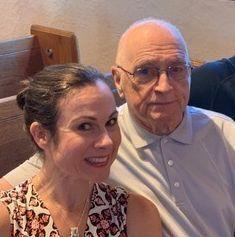 La autora y su padre en la boda de su sobrina en 2019.