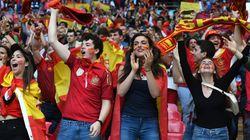 Las cámaras enfocan una pancarta de aficionados españoles y Twitter se revoluciona: