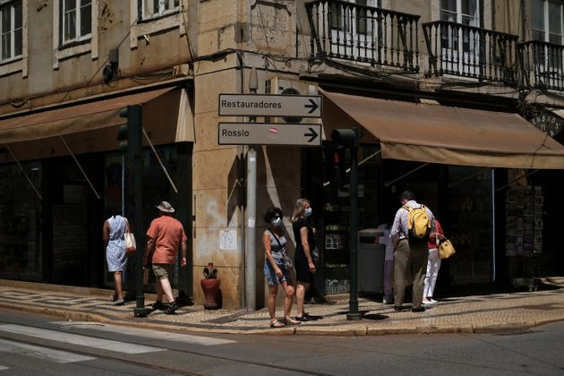 Des passant portant un masque dans les rues de Lisbonne, le 24 juin