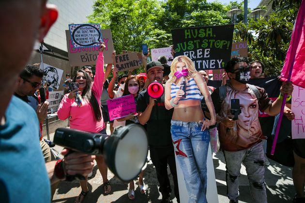 「#FreeBritney」を訴える人々(2021年6月撮影)