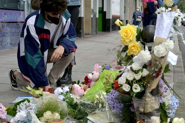 La ofrenda floral a Samuel Luiz, en el punto en el que perdió la vida en la Avenida de Buenos Aires,...