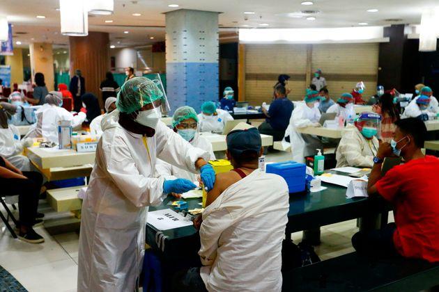 Ινδονησία: Τι συμβαίνει και πεθαίνουν ο ένας μετά τον άλλο οι εμβολιασμένοι