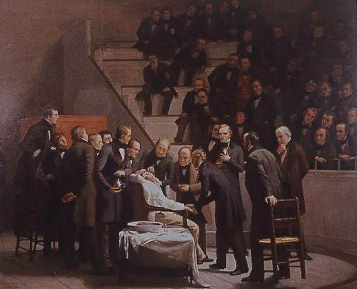 John Warren efectúa la intervención quirúrgica de un tumor cervical, una vez que William Morton, situado detrás del paciente, le ha practicado la anestesia con éter. Lienzo de Robert Hinckey.