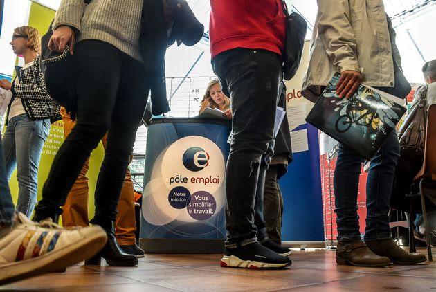 Des personnes discutent avec des employés de Pôle Emploi, lors d'un salon de l'emploi à Tourcoing, dans...