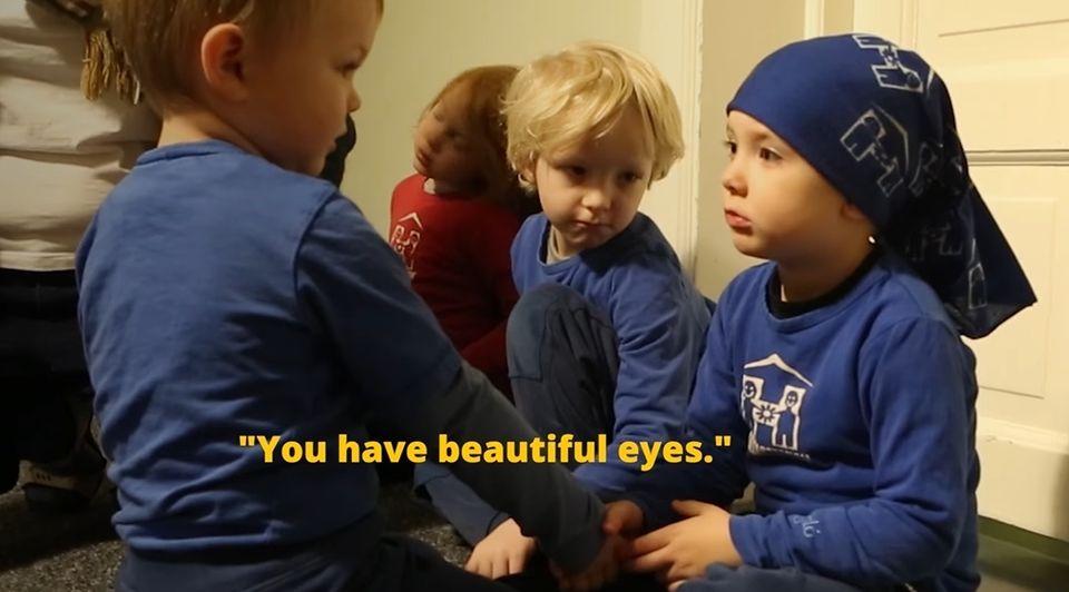 남아반에서 이뤄지는 강화교육 / 한 아이가 친구와 눈을 맞추며