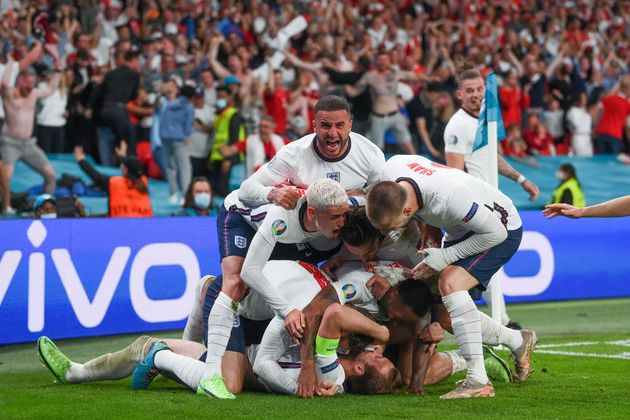 Kane celebra su gol bajo una 'melé'