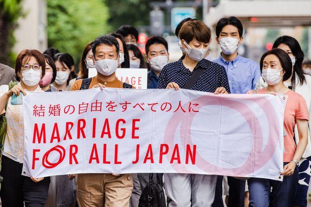 入廷する「結婚の自由をすべての人に」第二次東京訴訟の原告ら=2021年7月8日撮影