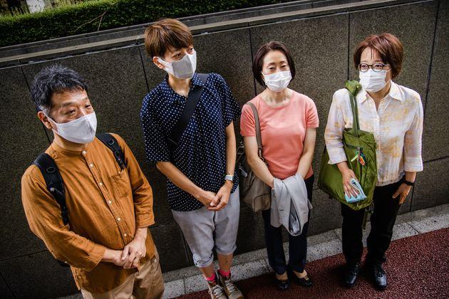 (左から)原告の山縣真矢さん、藤井美由紀さん、福田理恵さん、鳩貝啓美さん