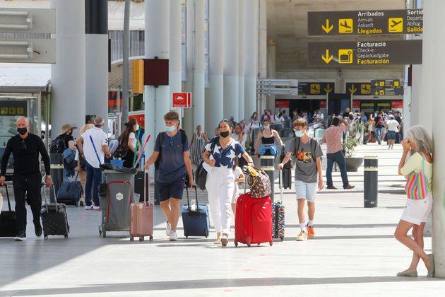 Des touristiques arrivant à l'aéroport de Palma de Mallorca en Espagne le 30 juin