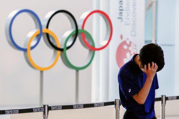 Photo d'illustration d'un membre du staff supervisant l'arrivée des athlètes à Tokyo...