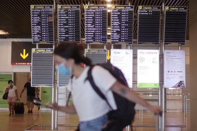 Una mujer camina con su equipaje en el aeropuerto de Madrid - Barajas Adolfo Suárez este jueves,...