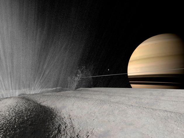 Illustration d'un geyser en éruption à la surface d'Encelade. Saturne apparaît à...