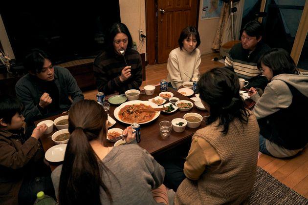 『アジアの天使』より、日韓の家族が食事するシーン