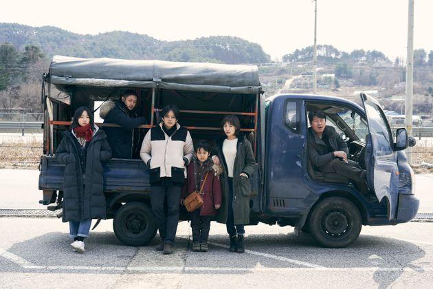 『アジアの天使』の出演者。左からキム・イェウンさん、オダギリジョーさん、池松壮亮さん、佐藤凌さん、チェ・ヒソさん、キム・ミンジェさん