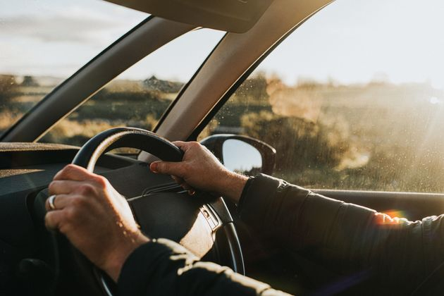 Una persona, conduciendo en un