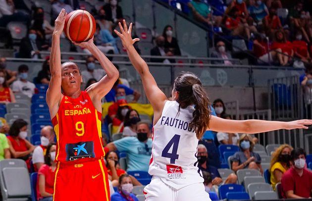 Laia Palau lanzando a canasta durante el partido de preparación olímpica contra
