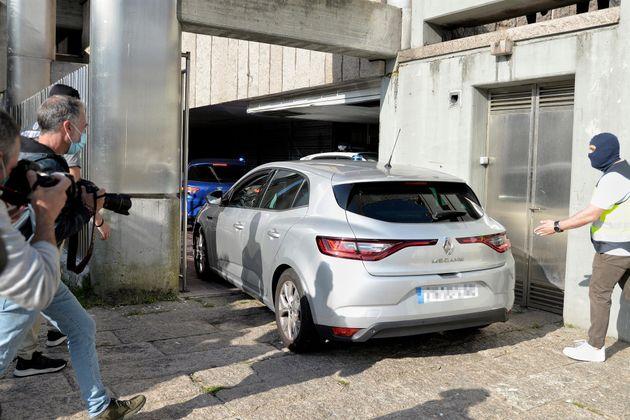Un vehículo lleva a los primeros detenidos para declarar como presuntos autores de la paliza que causó...