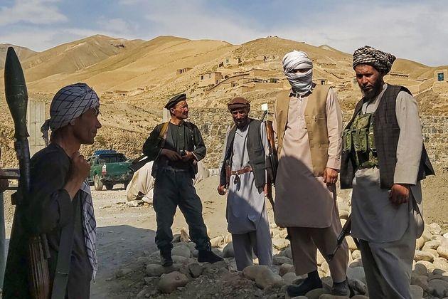 Des milices afghanes montent la garde contre les combattants talibans dans la province de Takhar, le...