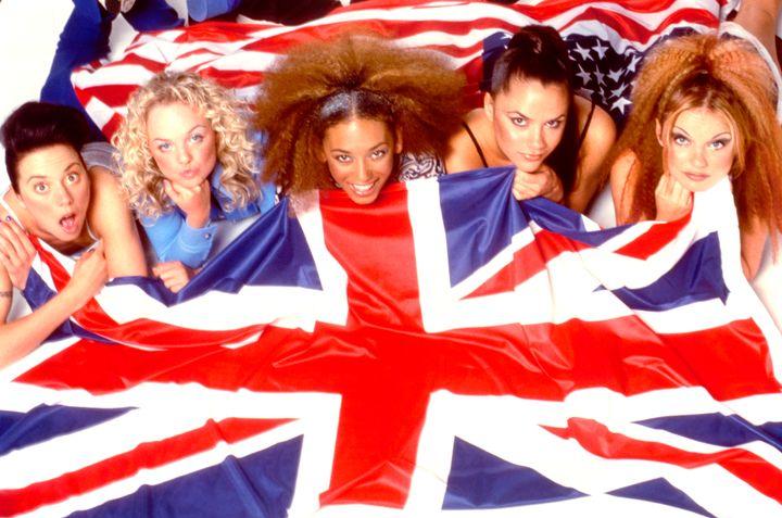 Spice Girls con la Union Jack, bandera de Inglaterra, en una foto promocional en 1997.