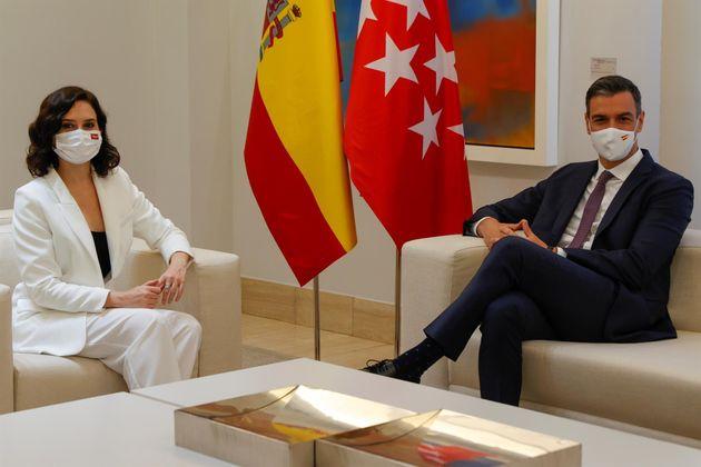 El presidente del Gobierno, Pedro Sánchez (d) recibe a la presidenta de la Comunidad de Madrid, Isabel...