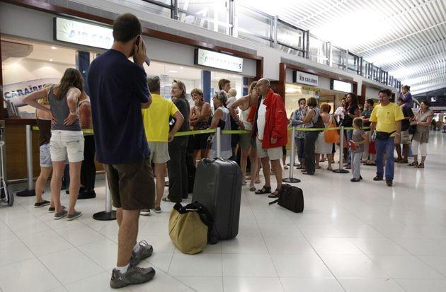 Photo d'illustration prise devant le comptoir Air Caraïbes de l'aéroport Aimé Césaire en Martinique,...