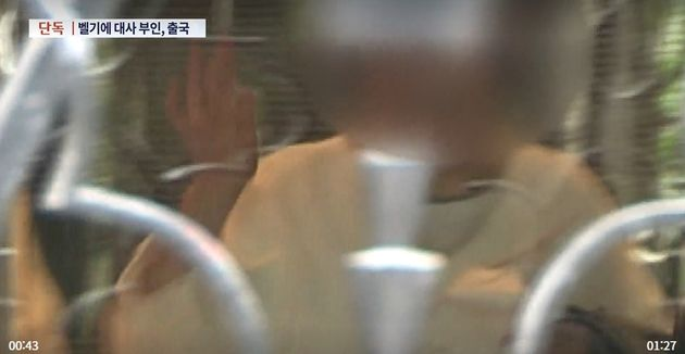 벨기에 대사 부인 쑤에치우 씨앙 씨가 취재진을 향해 손을 흔들며 환하게
