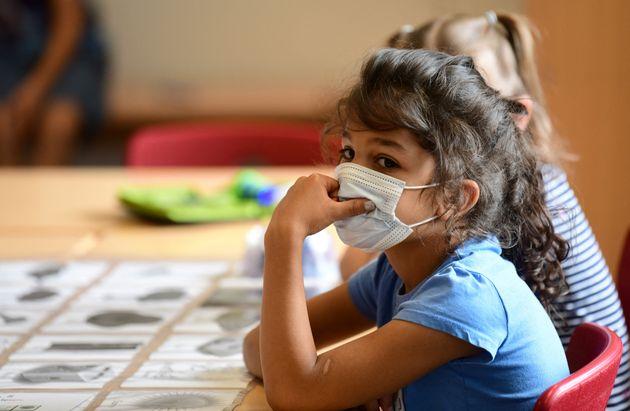 Une élève porte un masque dans une classe à Beckum, en Allemagne, le 6 juillet