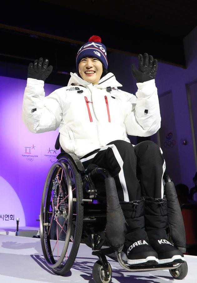 패럴올림픽 크로스컨트리 서보라미 선수가 31일 서울 노원구 태릉선수촌에서 열린 '2018 평창동계올림픽대회 D-100 미디어데이'에서 대한민국 선수단복을 선보이고 있다.