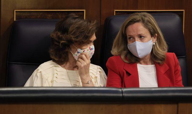 Carmen Calvo y Nadia Calviño, conversando en el Congreso de los