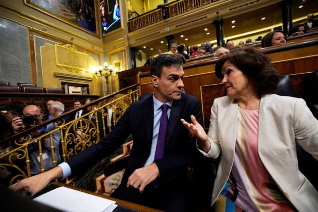 Carmen Calvo y Pedro Sánchez, durante una sesión de control al Gobierno en