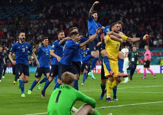 Los jugadores de Italia celebran la
