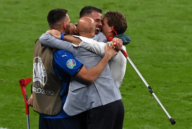 epa09338859 Head coach of Italy Roberto Mancini (R) celebrates with Leonardo Spinazzola (2-R) who was injured earlier in the tournament after Italy won the UEFA EURO 2020 final between Italy and England in London, Britain, 11 July 2021. EPA/Facundo Arrizabalaga / POOL (RESTRICTIONS: For editorial news reporting purposes only. Images must appear as still images and must not emulate match action video footage. Photographs published in online publications shall have an interval of at least 20 seconds between the posting.)