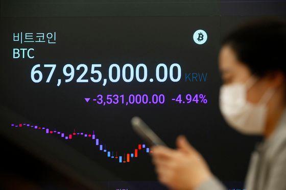 2021년 4월 20일 서울 강남구 암호화폐 거래소 업비트 라운지에 설치된 전광판에 비트코인 가격이 표시되고 있다. 이날 대표적인 암호화폐인 비트코인 가격은 지난 7일 이후 13일...