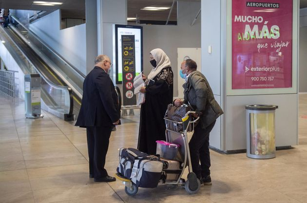 Varias viajeros de un vuelo procedente de Casablanca en el Aeropuerto Madrid - Barajas Adolfo