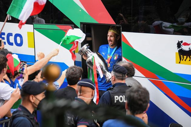 Soccer Football - Euro 2020 - Rome, Italy - July 12, 2021 - Italy's Giorgio Chiellini exits the bus as the team arrives at the Parco dei Principi hotel after winning the European Championship. REUTERS/Alberto Lingria. REUTERS/Alberto Lingria