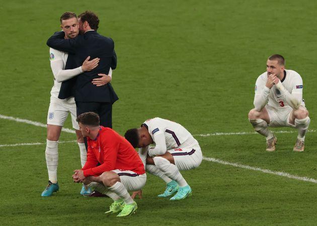 Varios jugadores de Inglaterra se lamentan tras la
