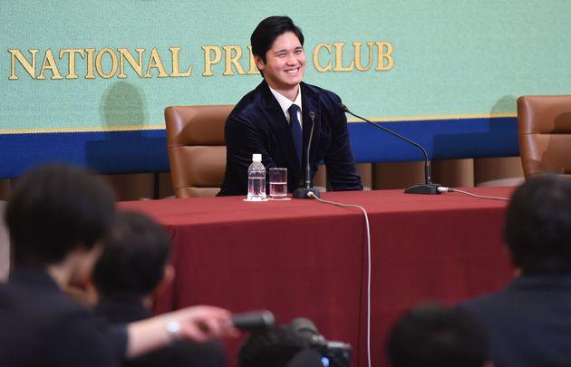 日本記者クラブで会見する大谷選手(2018年)