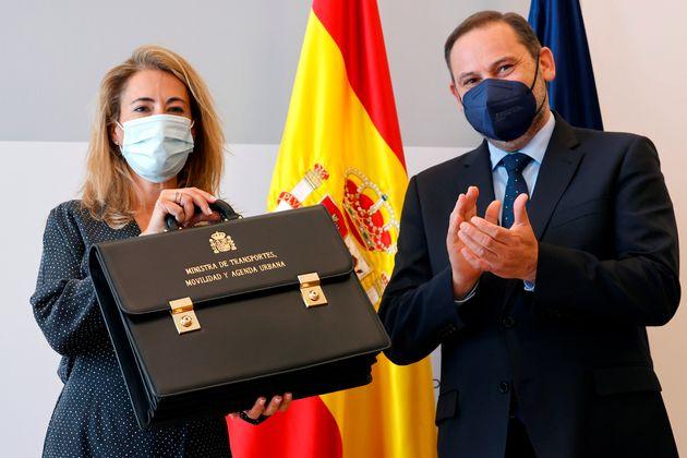 La nueva ministra de Transporte, Movilidad y Agenda Urbana, Raquel Sánchez asume el cargo y recibe...