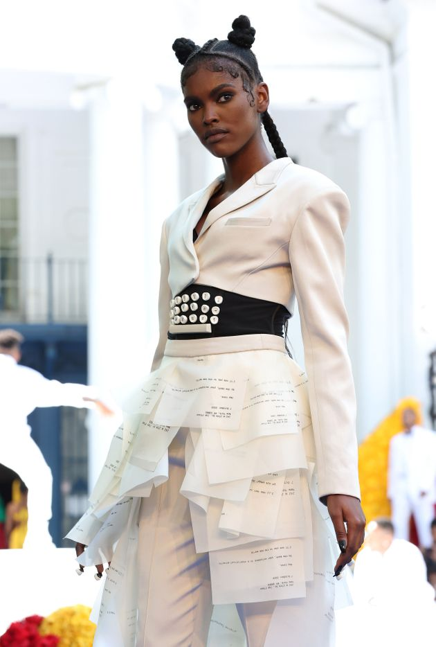 Kerby Jean-Raymond fait passer un message avec cette robe en forme de main tenant une