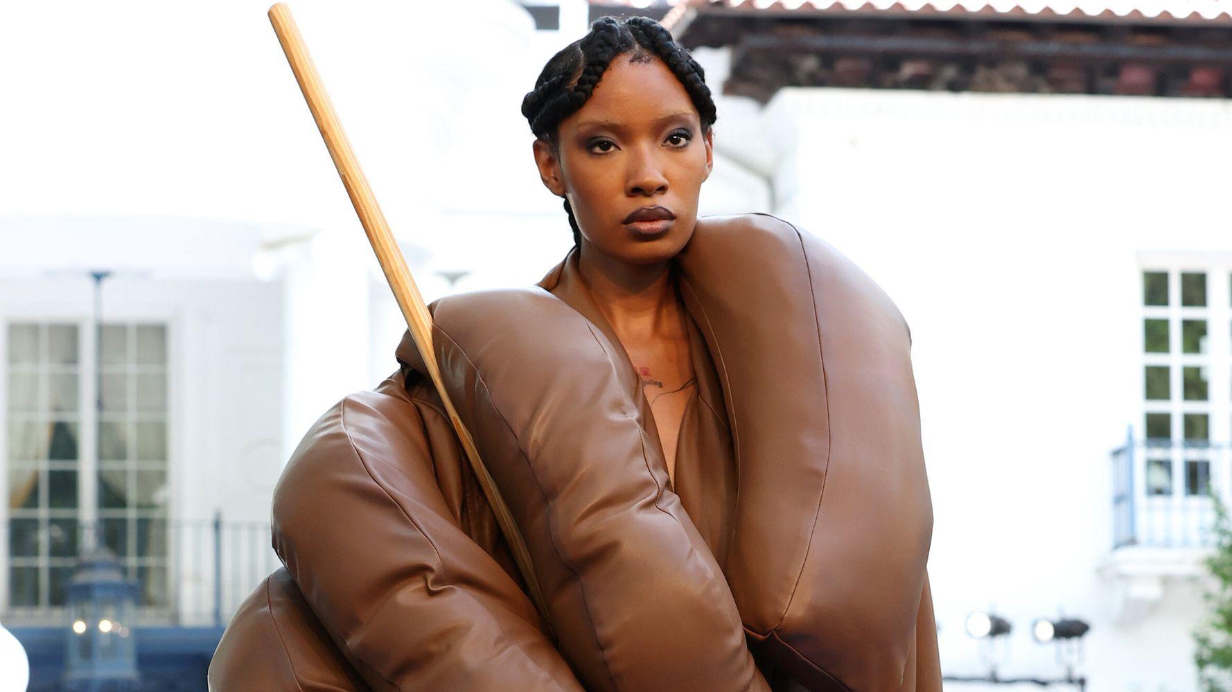 Kerby Jean-Raymond fait passer un message avec cette robe en forme de main tenant une serpillère