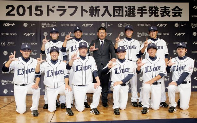 2015年、西武ライオンズにドラフトで新入団した選手たち。野田選手(前列左から2人目)はドラフト3位指名を受けた。