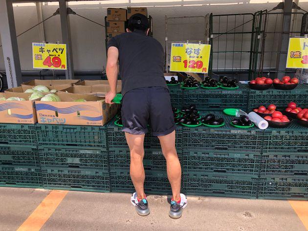 野菜を陳列する野田さん