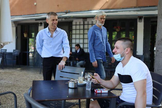 Un cliente en una terraza de un bar en Zaragoza, en una imagen de